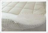 鉱石が加工された綿と綿の間に羊毛と鉱石の不織布を入れる