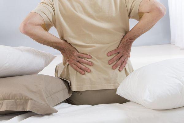 意外と知らない?睡眠で腰痛になる原因と予防方法を紹介!